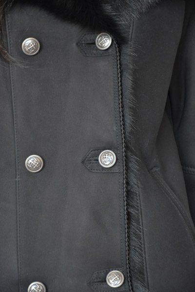 Kożuszek naturalny k04 zbliżenie na guziki czarny krótki