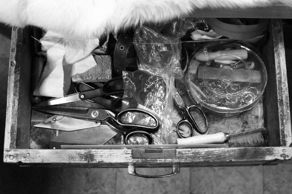 Nożyczki i przybory do szycia kożuchów